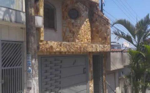 fachada-com-pedra-madeira-bruta-amarela-1